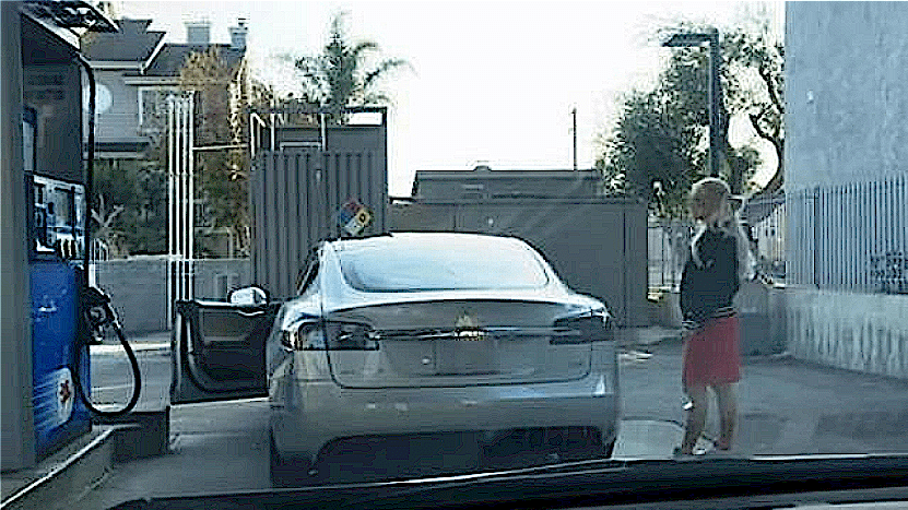 女司机借车去加油,员工绕车两圈直挠头,看见车标无语