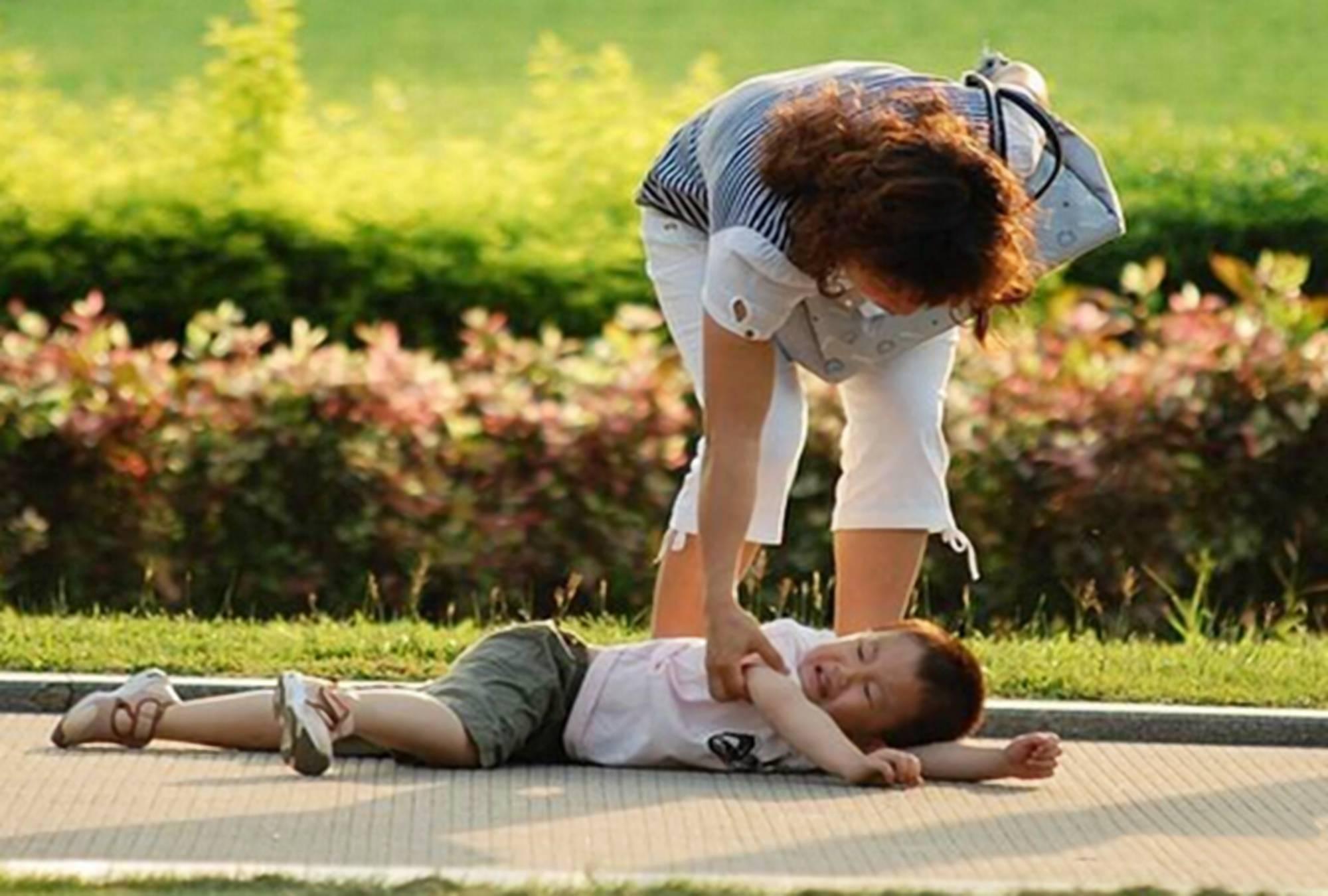 """宝宝摔伤后,妈妈自以为的""""解疼妙招"""",可能给宝宝伤上加伤"""