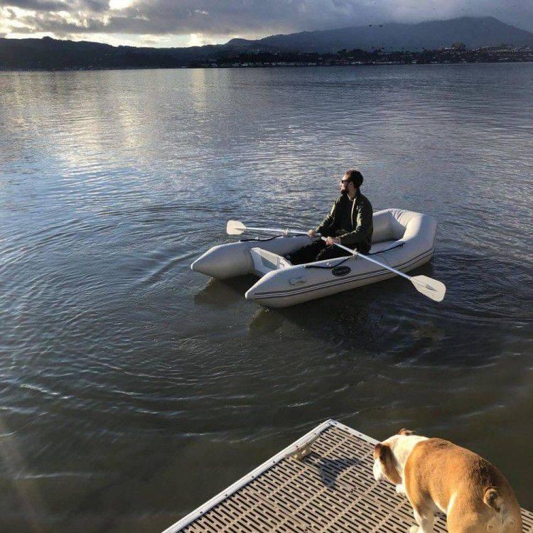 克莱更新社媒,与爱犬一起出游划船,令人羡慕不已