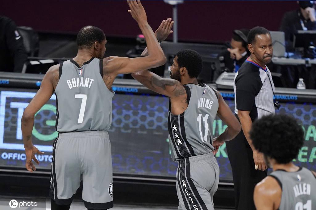 凯文-杜兰特砍下31分,凯里-欧文奉献28分6个篮板和7次助攻
