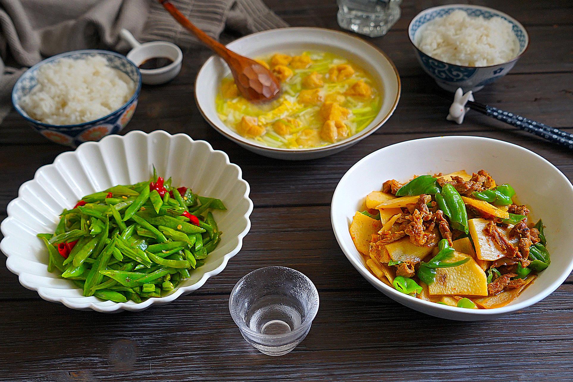 上大学的女儿又下厨了,午餐做了两菜一汤,老公边吃边夸厨艺好