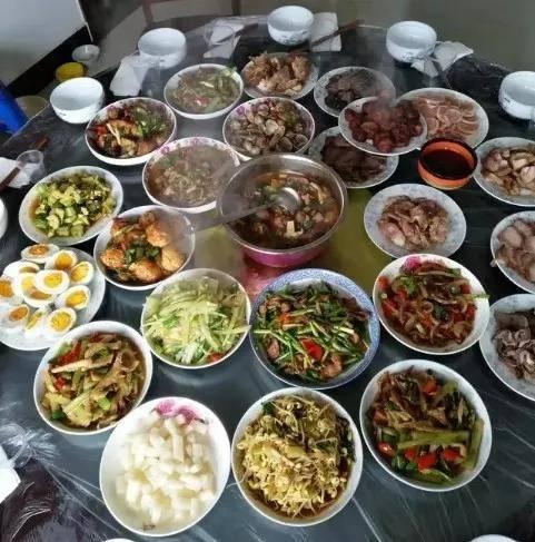 实拍15个普通家庭的年夜饭,比比谁家的年味最浓
