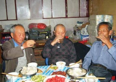 农村老人,即使吸烟喝酒也能活到100多岁,可你未必也能做到