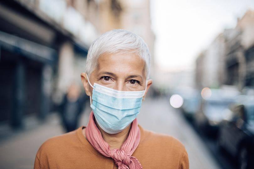 《镜报》:老人戴口罩走路应警惕摔跤