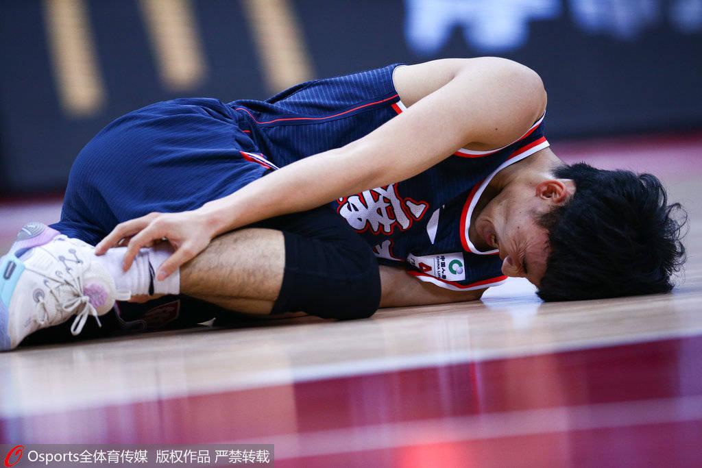 广东:经核磁检查和医生诊断 徐杰确诊为脚踝崴脚和拉伤_伤情