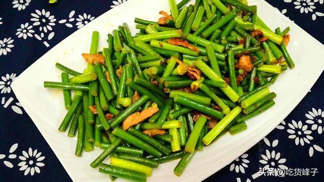 炒蒜苔时,直接下锅炒就废了,教你饭店的做法,香脆入味不变色