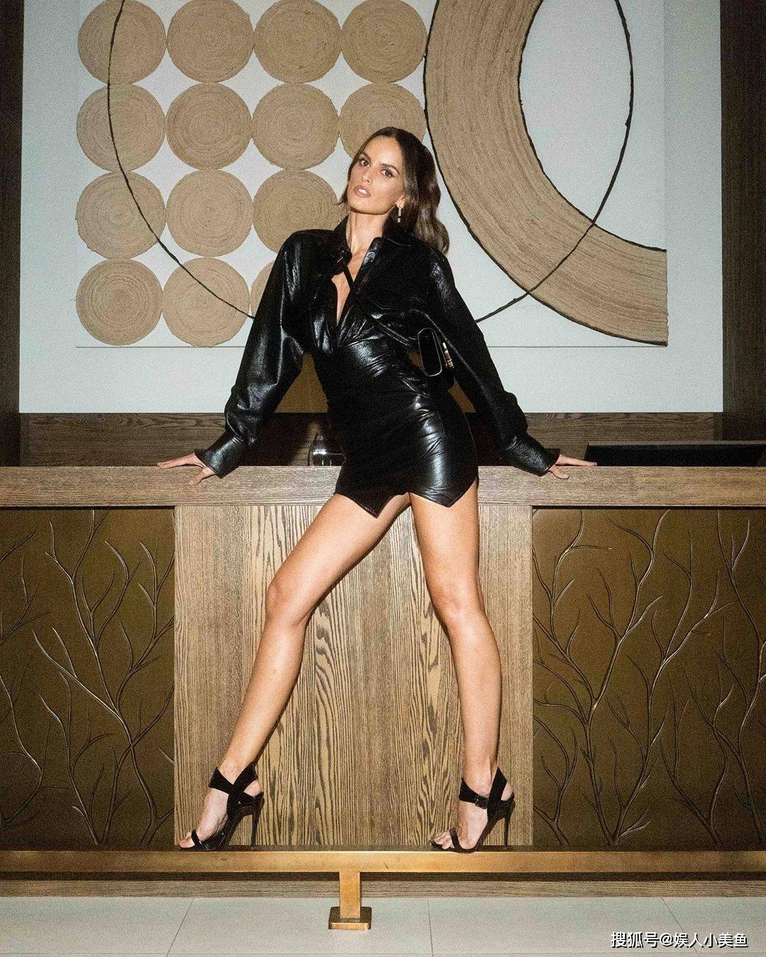 巴西超模,紧致线条,马甲线,大长腿令人艳羡