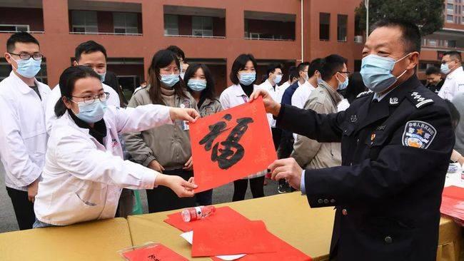 现场民警保护过年|重庆高新区公安局进企业拜年