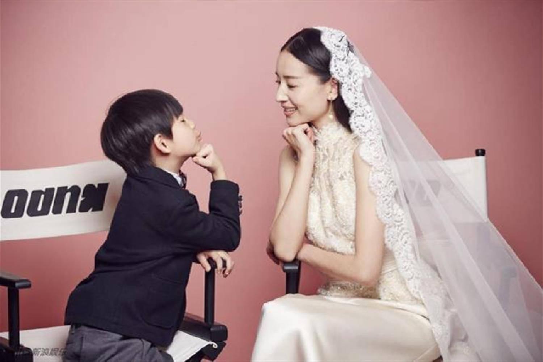 """亲子照拍成""""婚纱照"""",董洁育儿方式遭争议:孩子婚恋或受影响"""