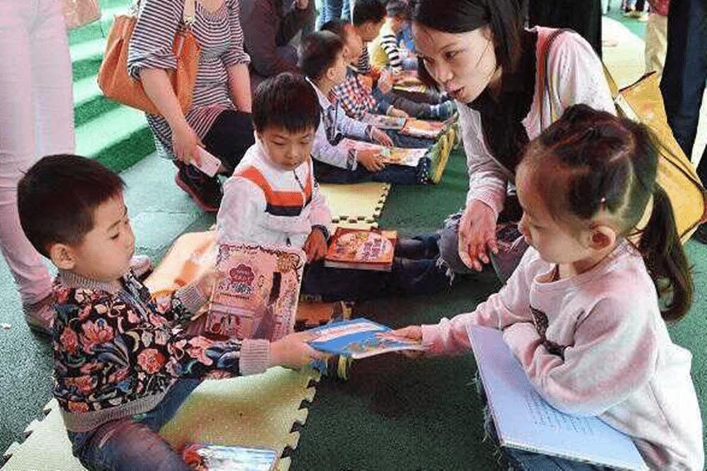 """幼儿园交换礼物,千元玩具却换回9块9包邮""""纸人"""",家长翻脸不干  第7张"""