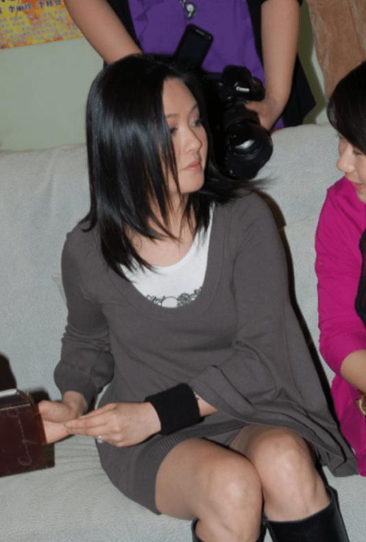 原创             李丽珍哪像66年的人?宽松裙穿出曲线感,皮肤细腻无一丝皱纹