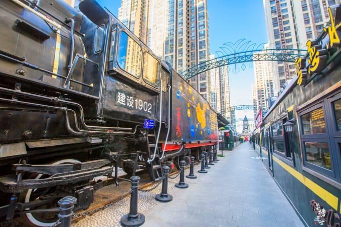 原创             石家庄有一条火车头步行街,火车开进了闹市,成为了网红打卡地
