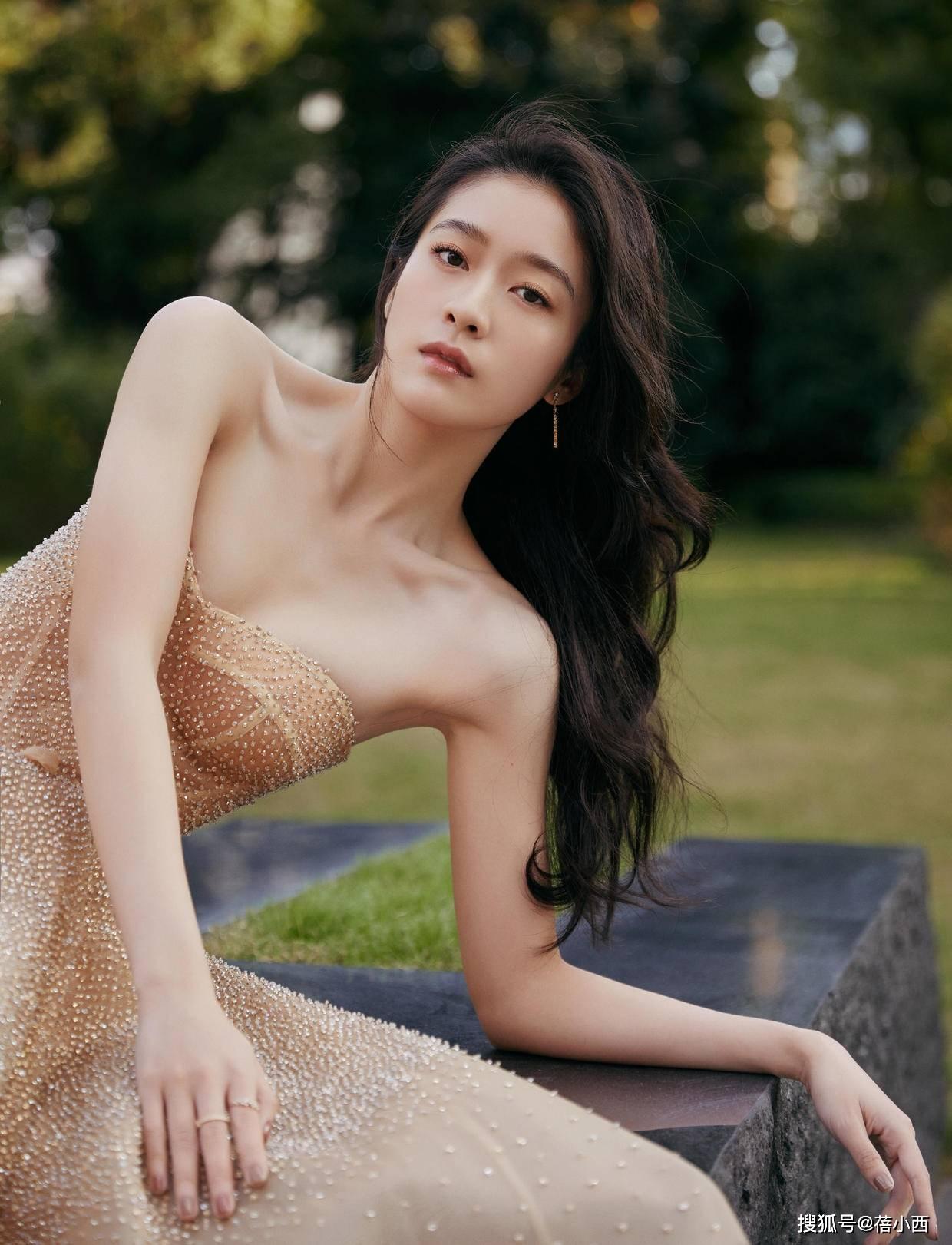 """原创             张雪迎这么瘦也有""""尤物身材"""",穿裸色抹胸裙气质惊艳,惹人羡慕"""