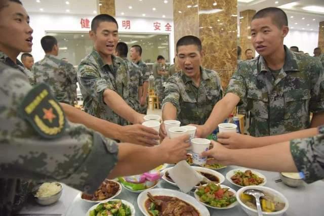 为什么这么多人想了解当兵的在部队到底吃啥呢?