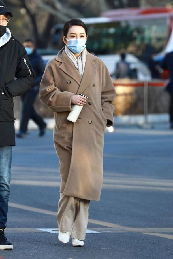 原创             42岁秦海璐也太有品了吧!驼色大衣配米色长裤,简约大气又高级
