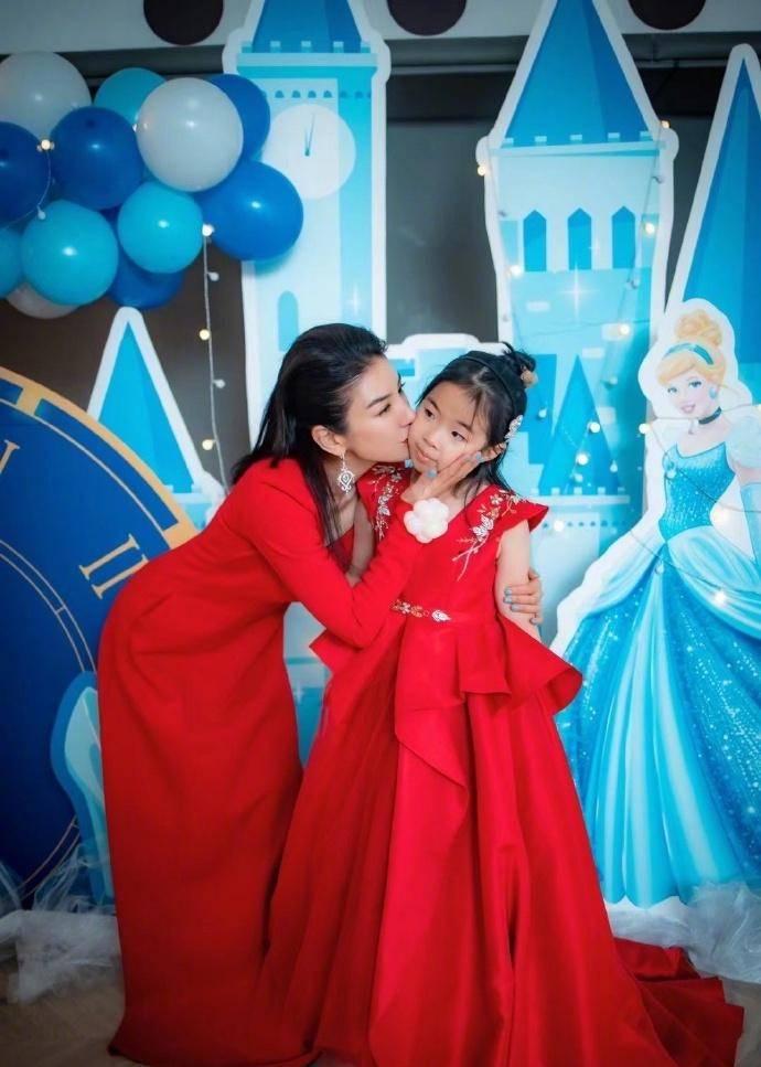 原创             黄奕为女儿铛铛庆生,母女同穿红色长裙,明艳动人互动十分有爱