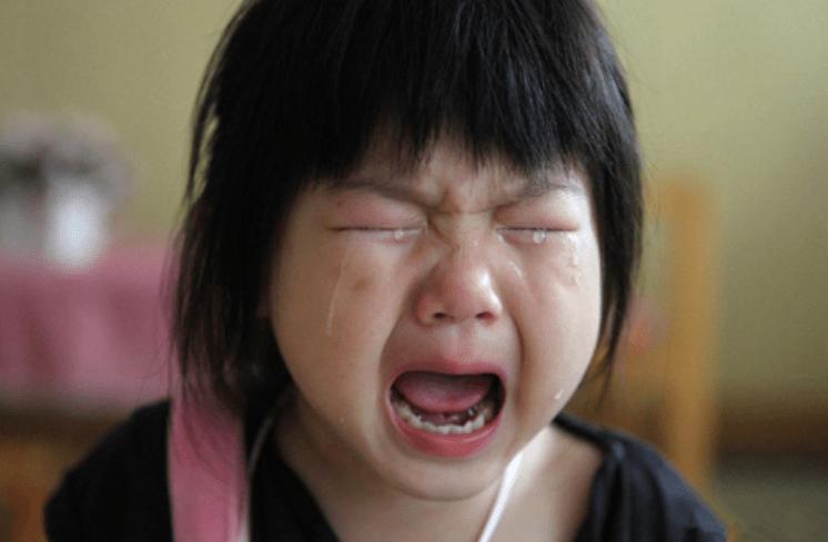 """爸爸姓""""梅"""",给女儿取了个文艺名,孩子上学第一天却哭着跑回家"""