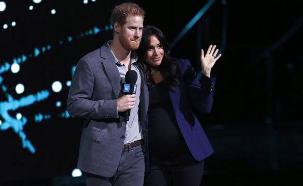 哈里夫妇官宣怀孕后首亮相!梅根裹灰裙超美,不受被王室除名影响