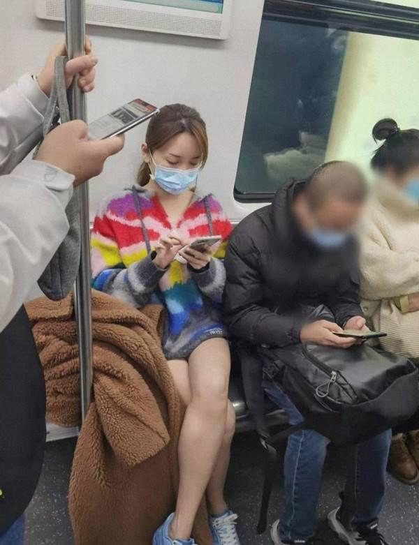39岁金莎地铁被偷拍,下衣失踪露白嫩长腿,3万大衣快掉地也不管