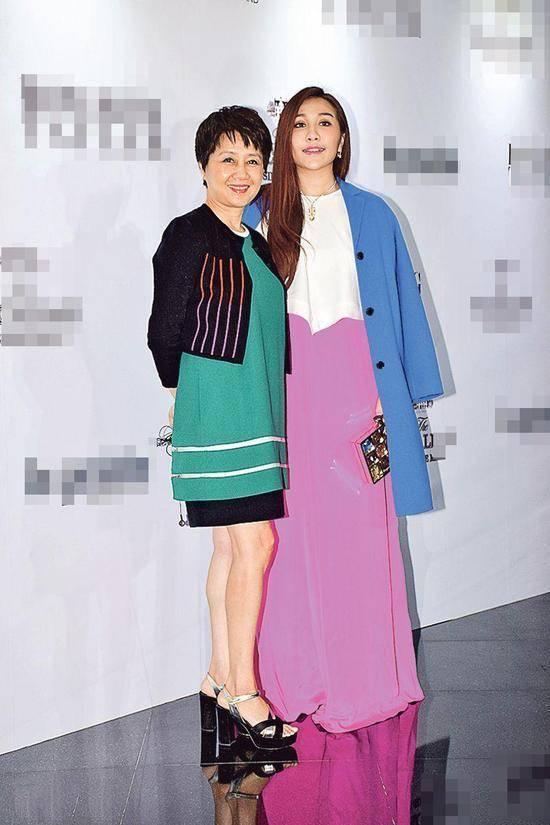 原创             四太母女品味差?爱穿大紫大绿易显土,女儿何超盈穿得比妈还老气