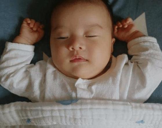 面对着眼前的光亮每个宝宝的适应能力是不同的 新生儿越早睁眼越聪明?