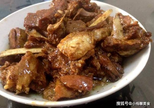 红烧羊肉时,不要直接红烧,多加两个步骤,羊肉没膻味,酱香可口