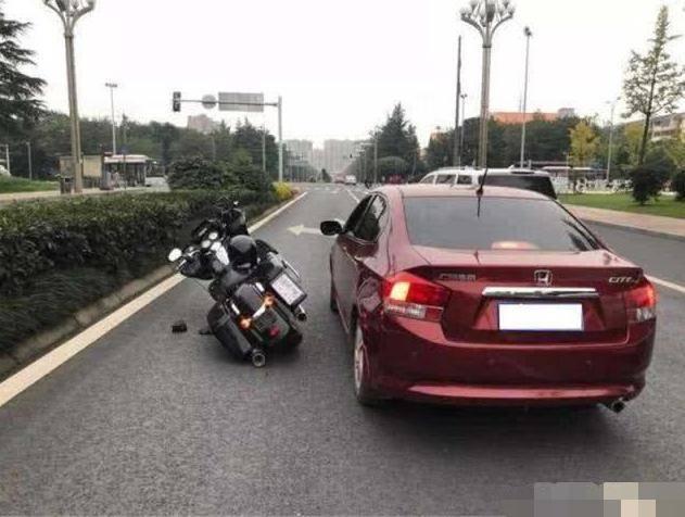 本田车主恶意别倒摩托车,摩托车主说出赔偿金额后,本田车主傻了