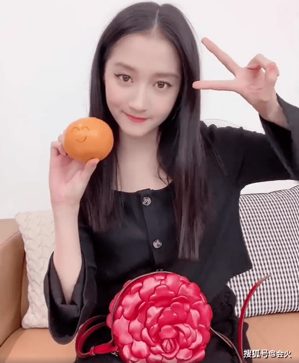 """23岁关晓彤又炫富?穿低领上衣拍视频,一朵""""大红花""""价格两万"""