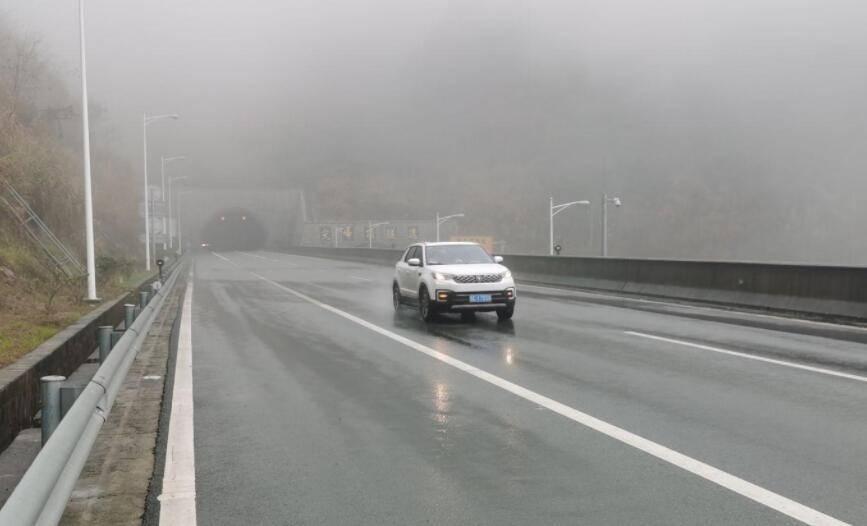 原来高速行驶遇到前面车突然刹车,那是躲还是跟在急刹车后面?交警给出了正确答案