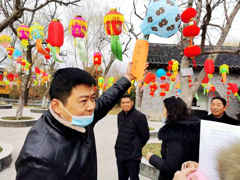 宝应曹甸镇:欣赏灯笼上的谜语,享受元宵节