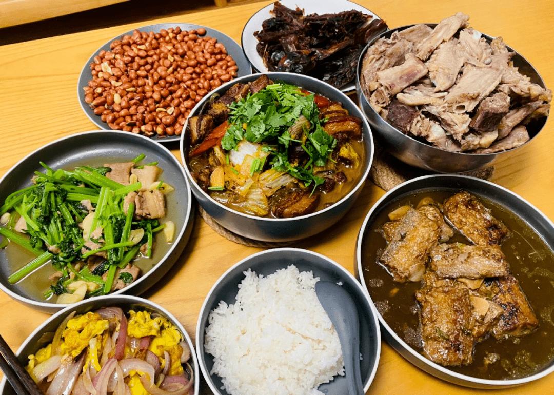 婆婆剩饭剩菜自己都不吃,每次盛饭都盛给儿媳妇? 长期吃中午剩饭剩菜