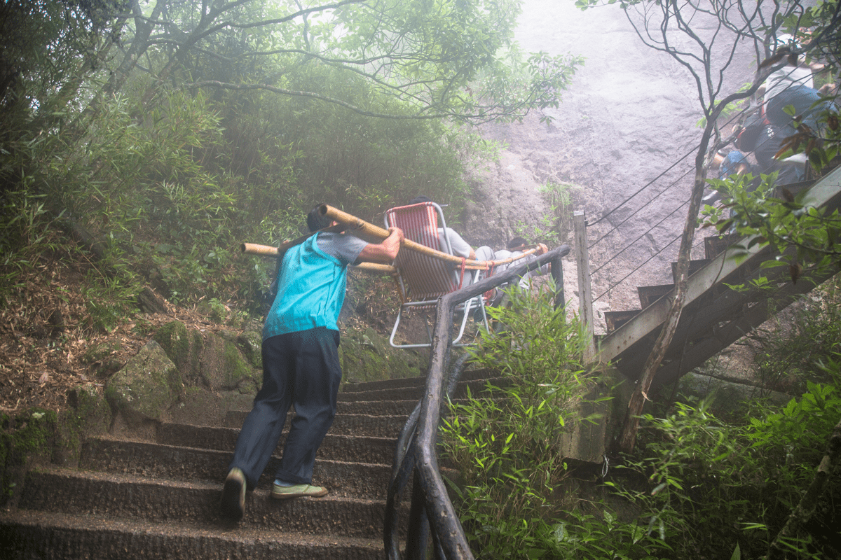 在中国众多景区里面,抬游客上山是一份工作,多数人却不忍心消费