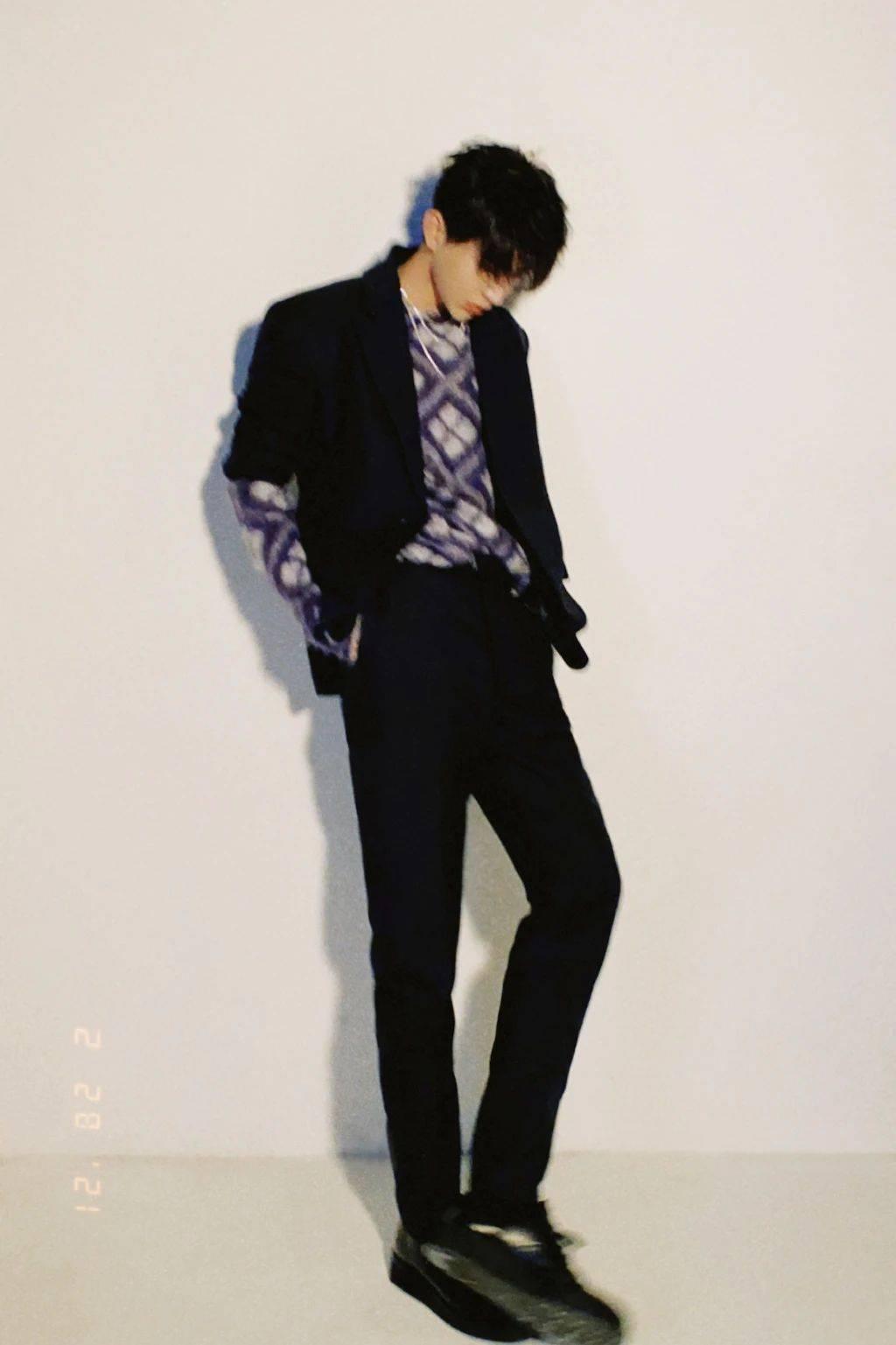蔡徐坤微博之夜壁纸:黑色西装搭配紫色印花毛
