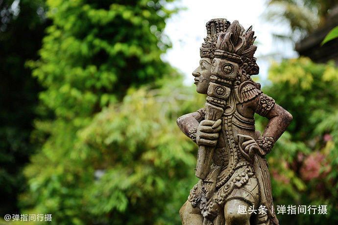 """巴厘岛""""最虔诚""""的寺庙,泉水千年奔涌不息,民众泡在水里祈祷"""