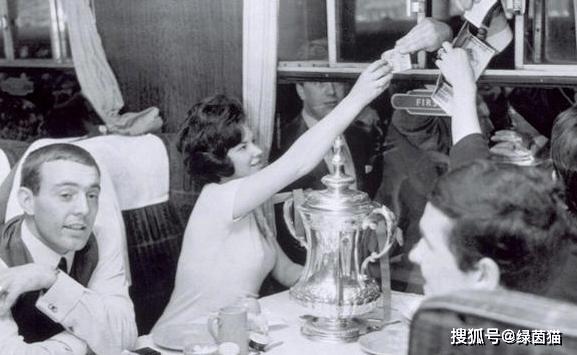 原创             噩耗!利物浦传奇前锋去世,香克利时代带队崛起的最关键球员