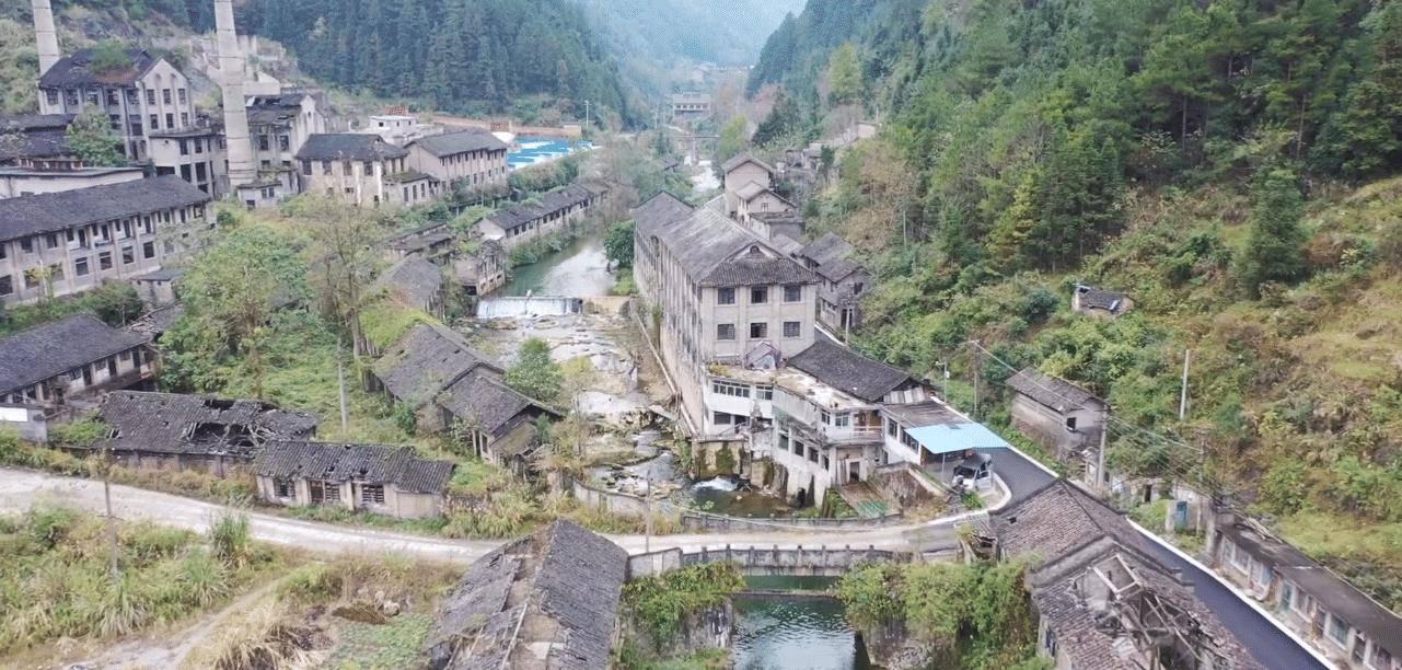 """贵州大山里的废弃矿场,曾号称""""小香港"""",如今早已破败不堪"""