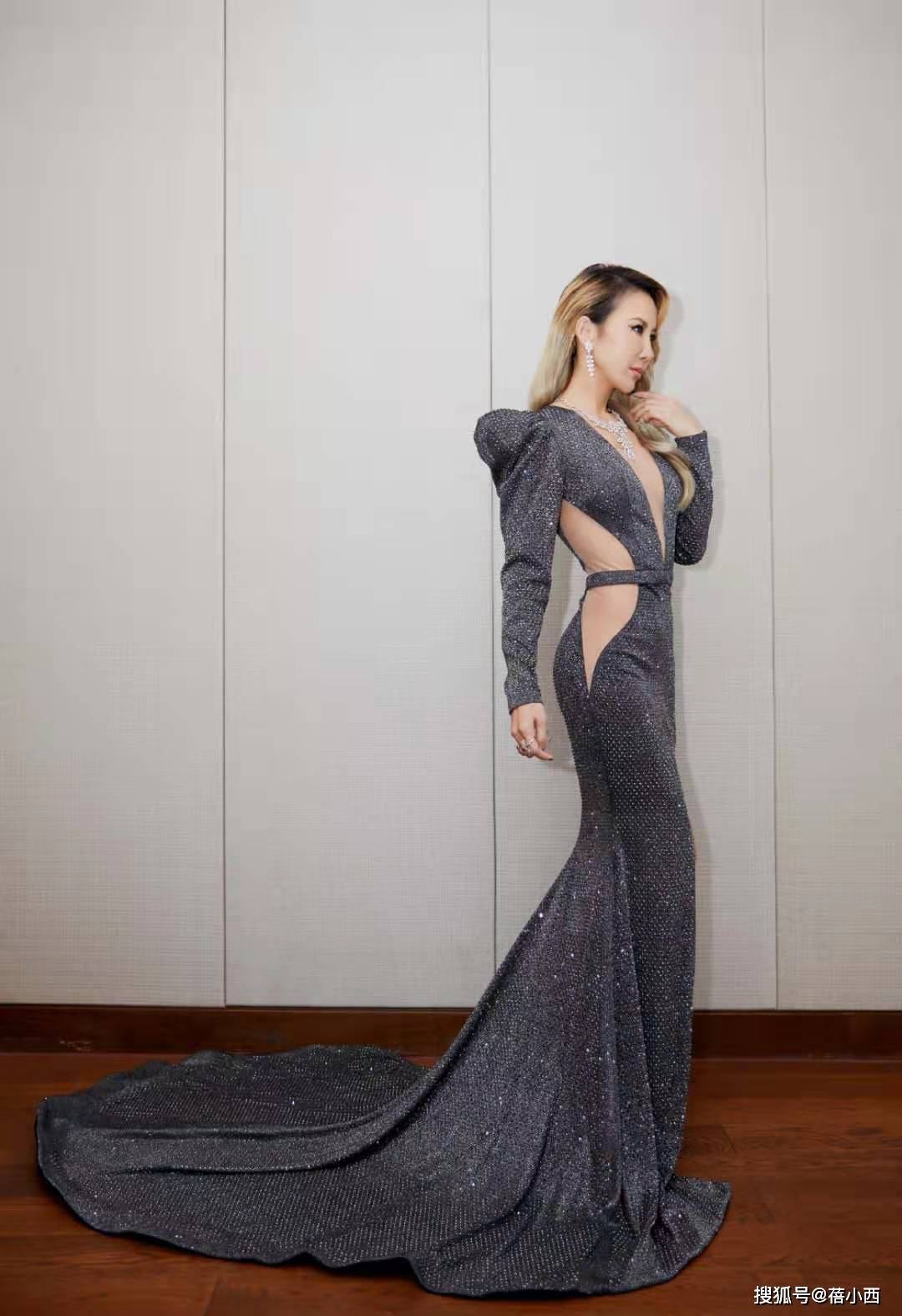 """原创             李玟虽到了大婶的年纪,却藏着""""尤物""""身材,看她红毯造型就知道"""
