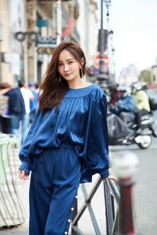 姚笛重回女神巅峰,穿蓝色缎面衫配高腰裤,这气质高级又大气