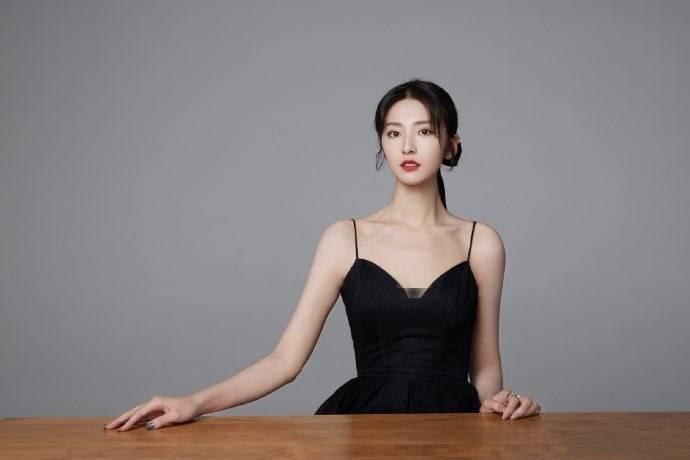 【马春瑞生活照】吊带小黑裙性感优雅 马春瑞高清图片
