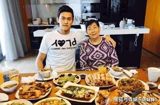 原创带你参观孙杨的家,看着一大桌子的饭菜,只能感慨运动员饭量大