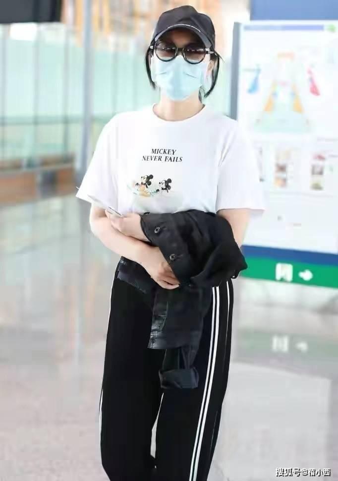 身穿白T恤的闫妮,私服穿搭超减龄,49岁的她真让同龄人羡慕