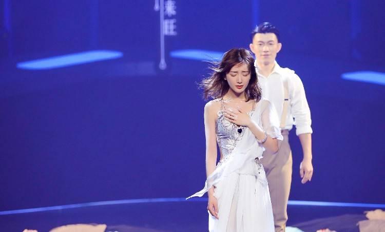 毛晓彤真的太美了!穿抹胸白色小礼裙,秀纤细大长腿皮肤好白