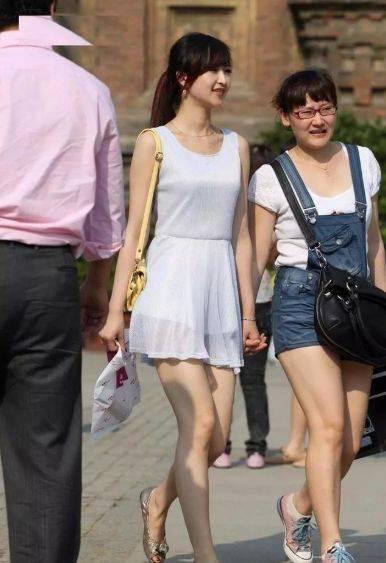 美女一袭白色的纱裙,清凉时尚,优雅动人
