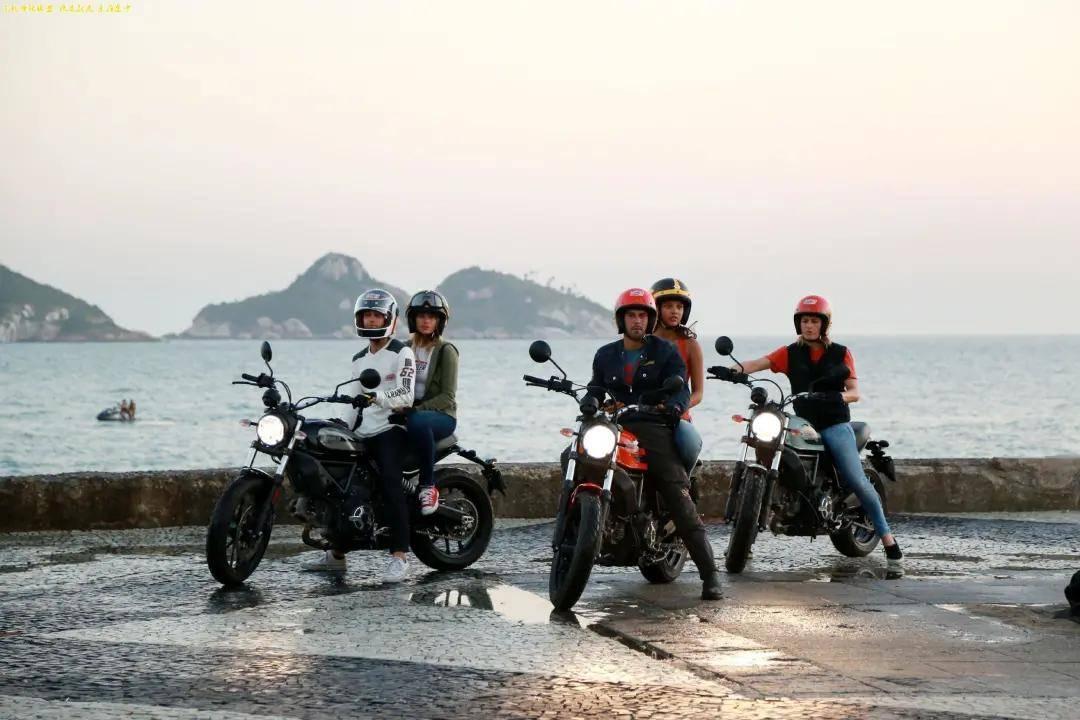 杜卡迪这款摩托车动力强劲,不仅能越野还能上赛道