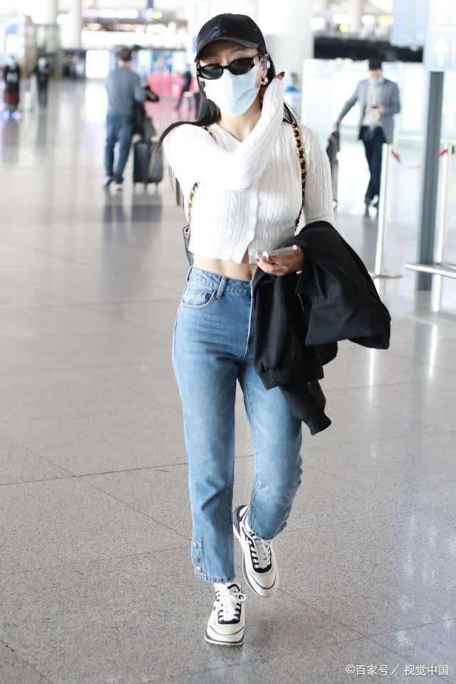 袁娅维穿白色短毛衣搭蓝色牛仔裤秀细腰,清新时尚,活力满满