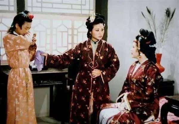 《锦心似玉》里,乔莲房等姨娘和老太太坐在一起,符合规矩吗?