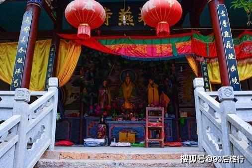 云南有座接地气的寺庙,殿内拜佛殿外打麻将,名声不响却香火旺盛