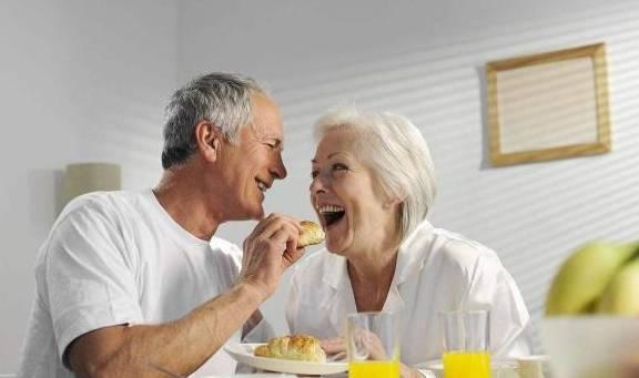 老年人口苦是什么原因_老人容易出现口苦是怎么回事 这两个原因,值得深究