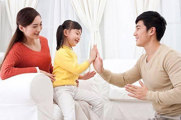 """宝宝打预防针认错爸爸,一直""""求抱抱"""",目的达成后奶奶哭笑不得"""