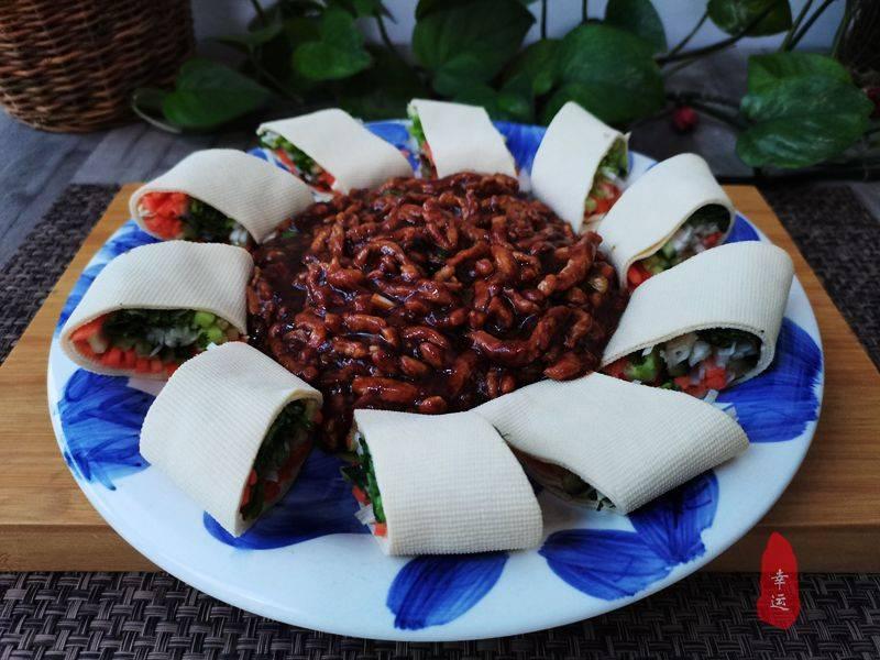 家庭版的京酱肉丝,酱香味十足,配上豆皮卷一起食用太香了